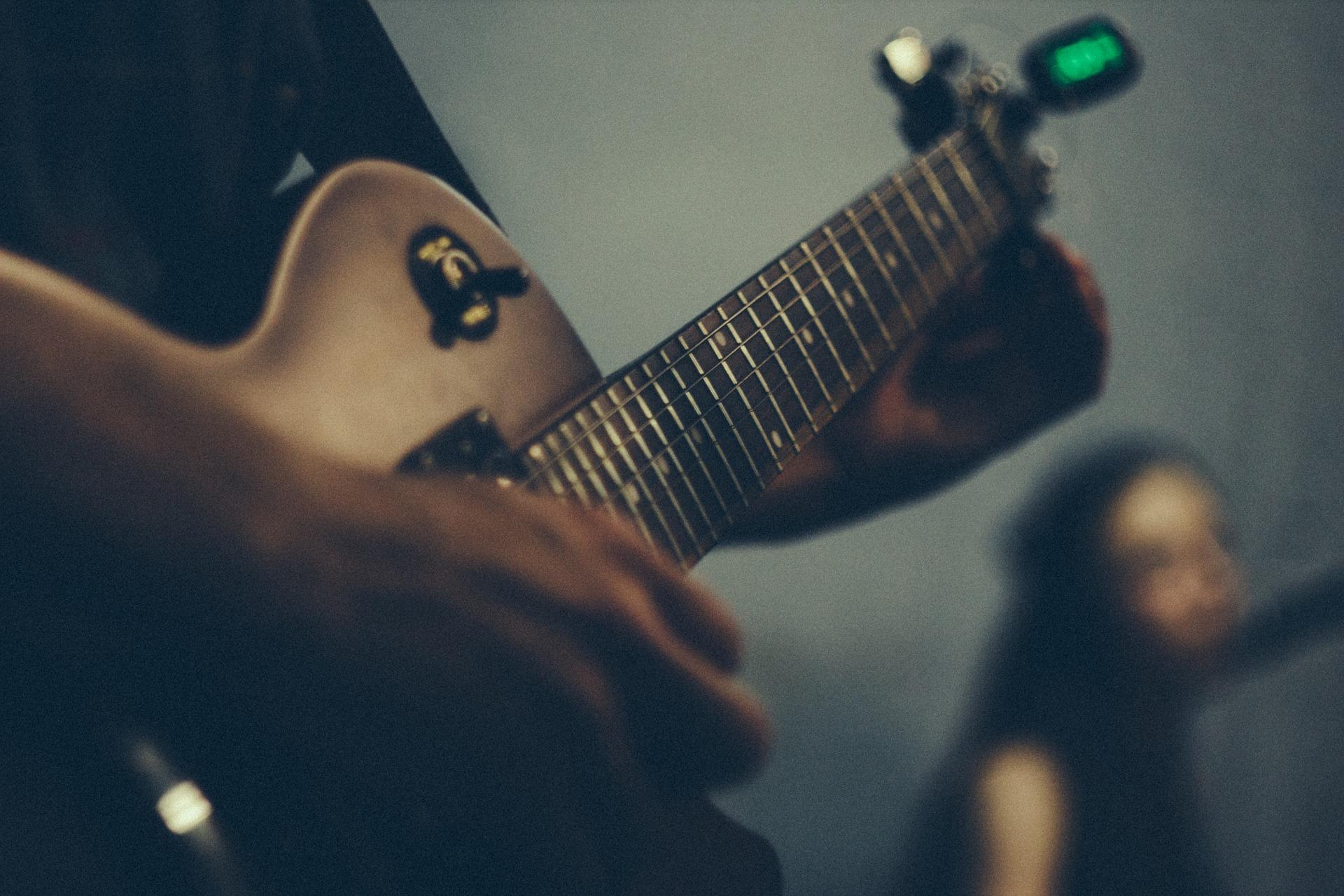 【チューナの選び方】初心者でも使いやすいオススメのチューナーを紹介。ギターやベースには必須!チューナーの選ぶポイントとは?